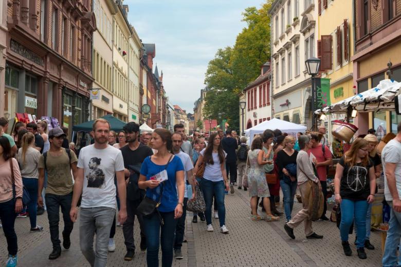 люди гуляют по улицам города