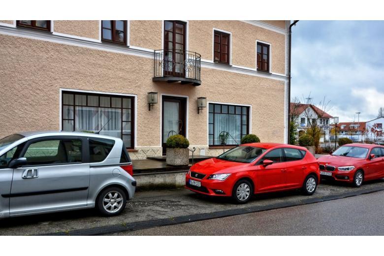 Автомобили на парковке в Германии