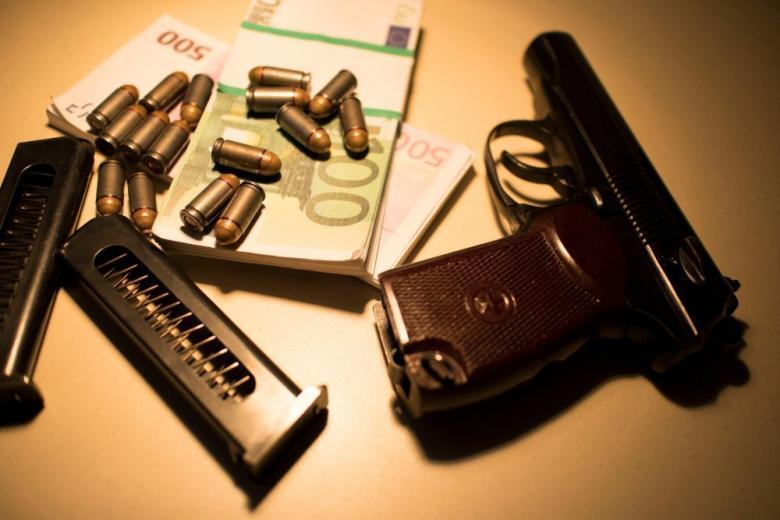 Оружие и деньги на столе