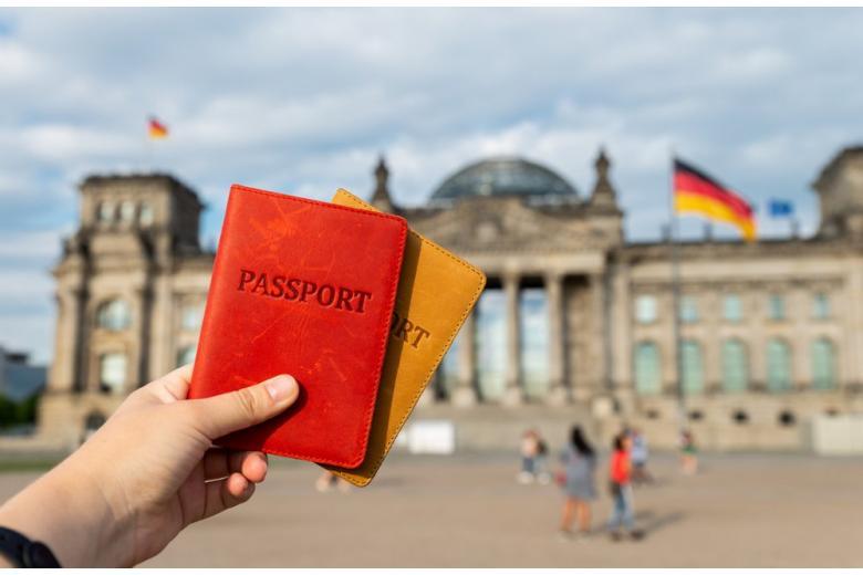 Паспорт на фоне Бундестага