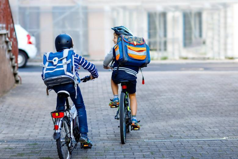 школьники на велосипедах