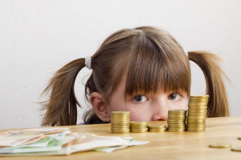 Ребенок смотрит на деньги