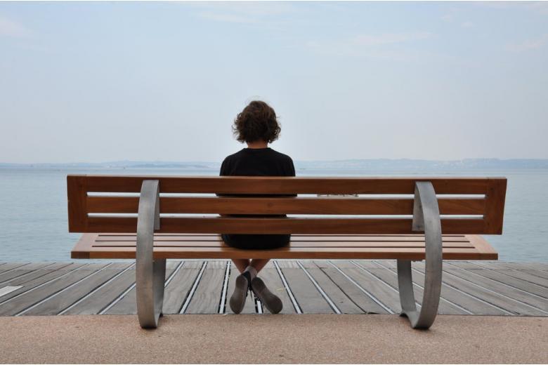 Одинокая женщина на лавочке