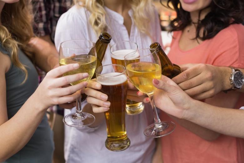 Бокалы с вином и пиво