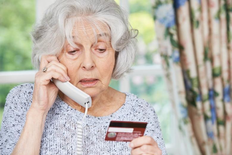 ПОжилая женщина говорит по телефону