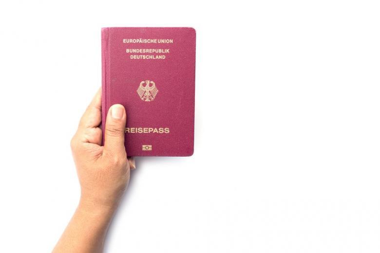 немецкий паспорт в руке