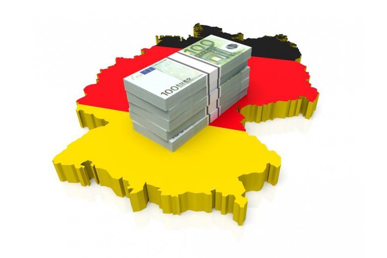 Деньги на фоне флага Германии