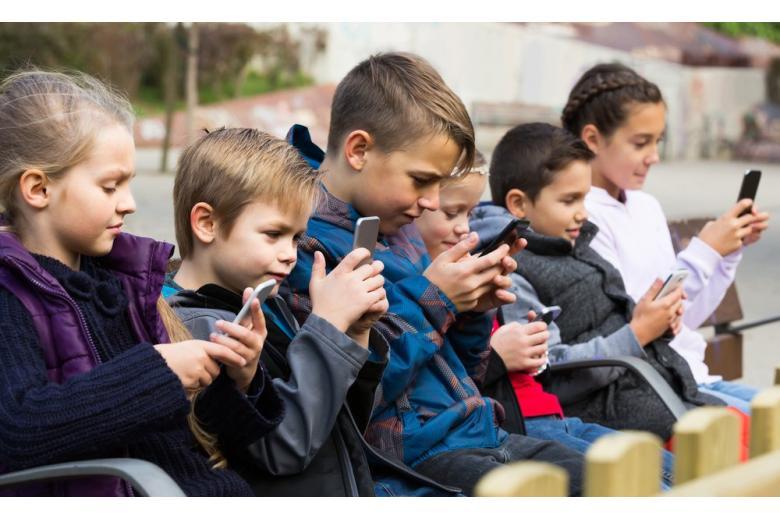 школьники со смартфонами