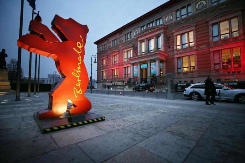 Статуя медведя на улице, надпись Berlinale