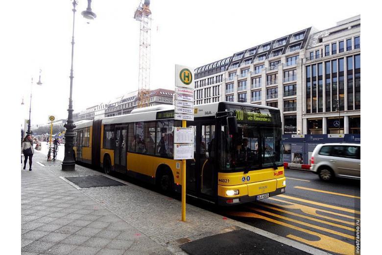 Автобус на берлинской остановке