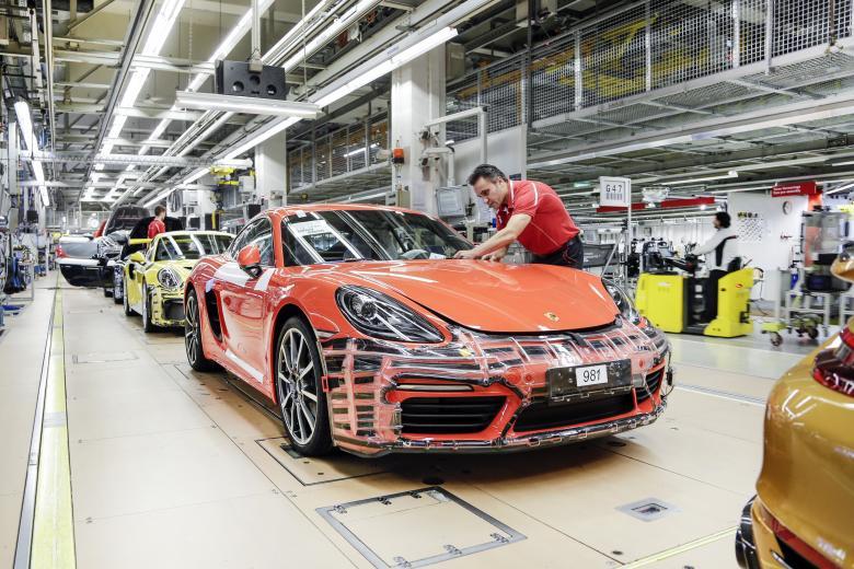 Каждый сотрудник Porsche в Германии получит по 10 тысяч фото 1