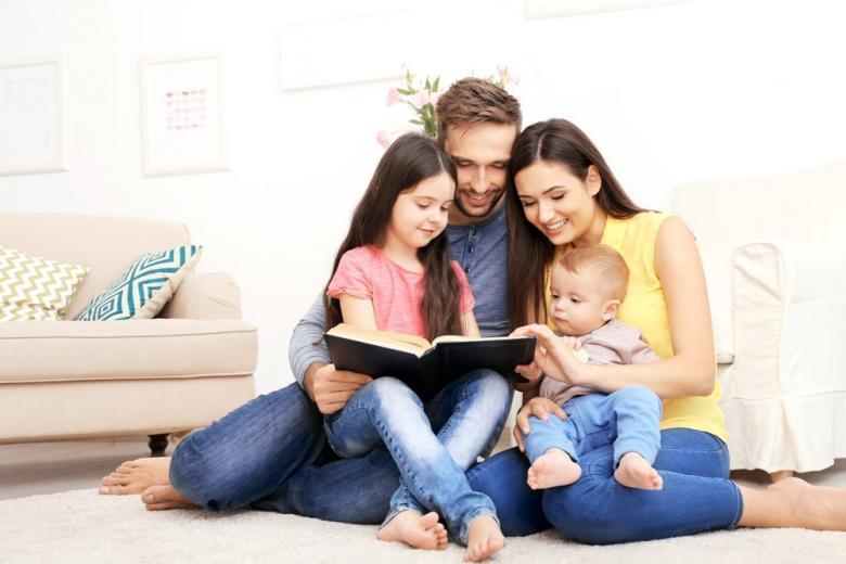 Семья, читающая вместе фото