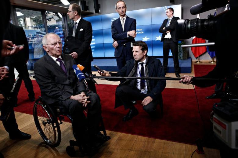 Вольфганг Шойбле разговаривает с журналистами