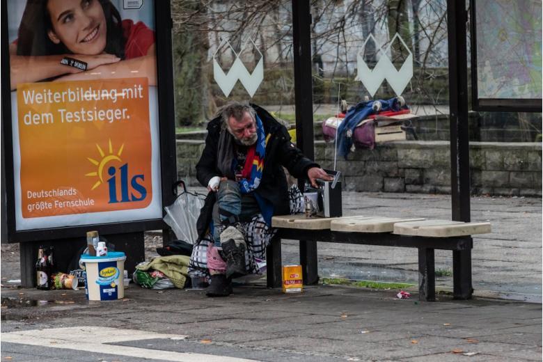 Бездомный на остановке