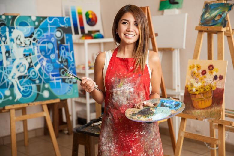 Девушка-художница с красками