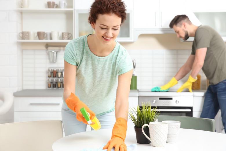 Мужчина и женщина убирают на кухне