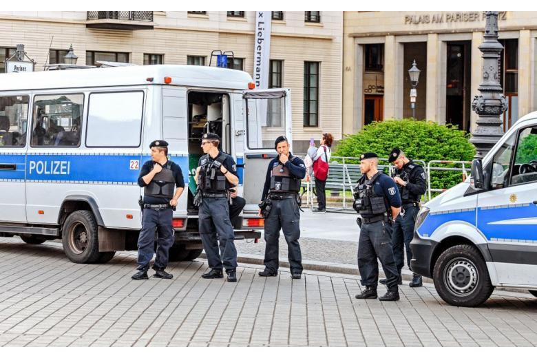 полицейские на улице
