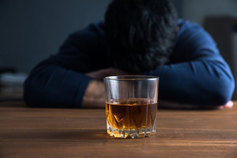 Стакан с алкоголем мужчина
