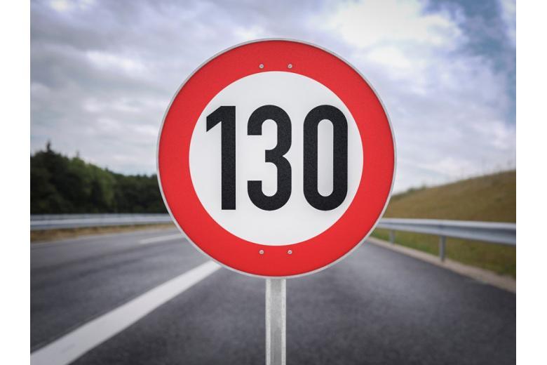 Знак ограничения скорости на дороге