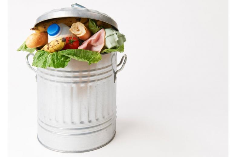 продукты в мусорном ведре