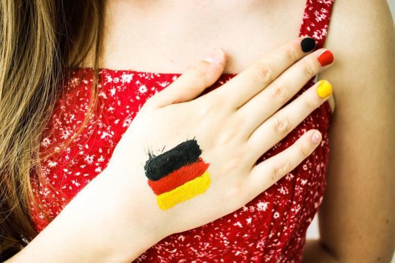 Девушка поет гимн Германии
