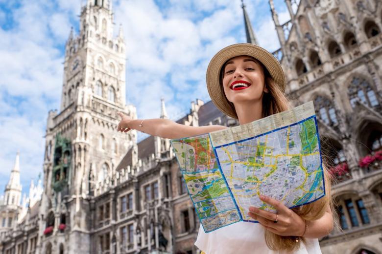 Туристка с картой в Мюнхене