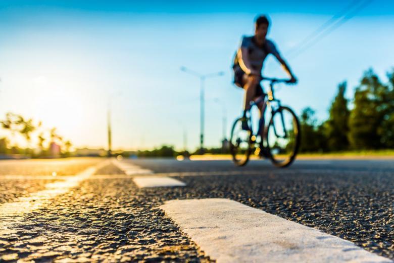 Парень на велосипеде едет по автобану фото
