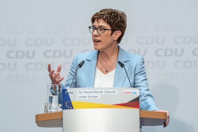 Annegret Kramp-Karrenbauer говориит о дипломатии но не о войне