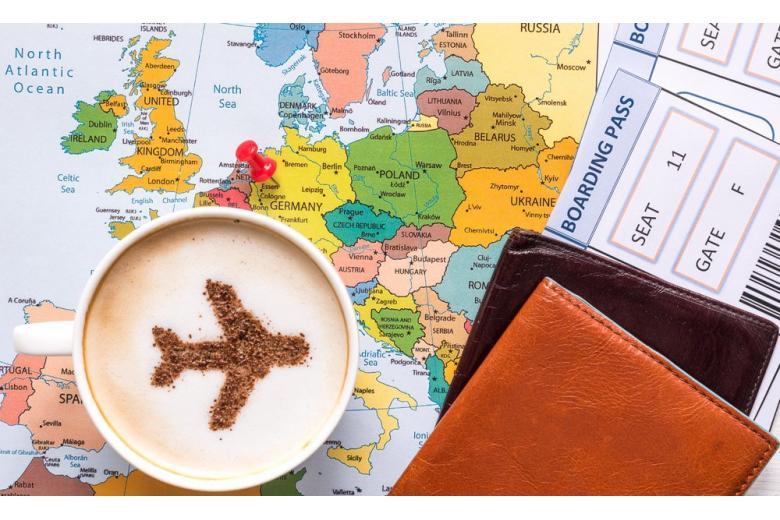 Авиабилеты, паспорта и капучино на карте фото