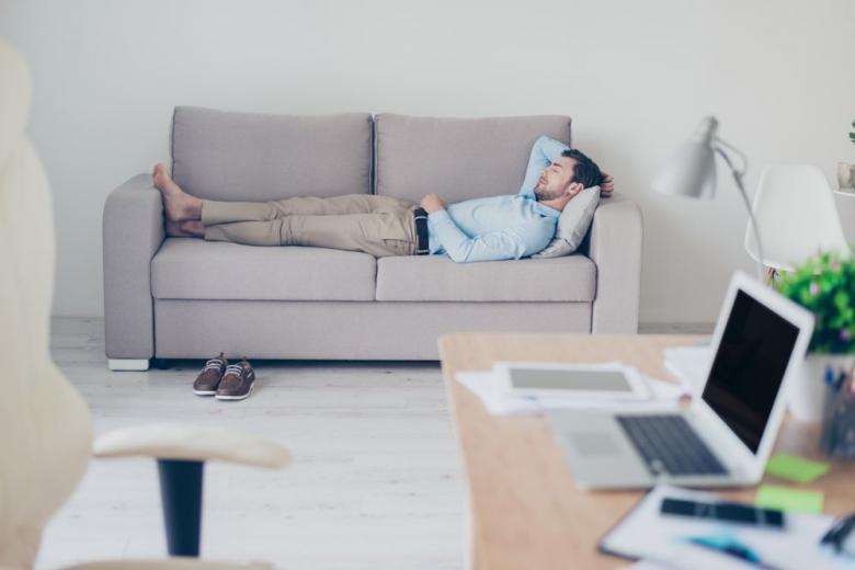 мужчина спит в офисе