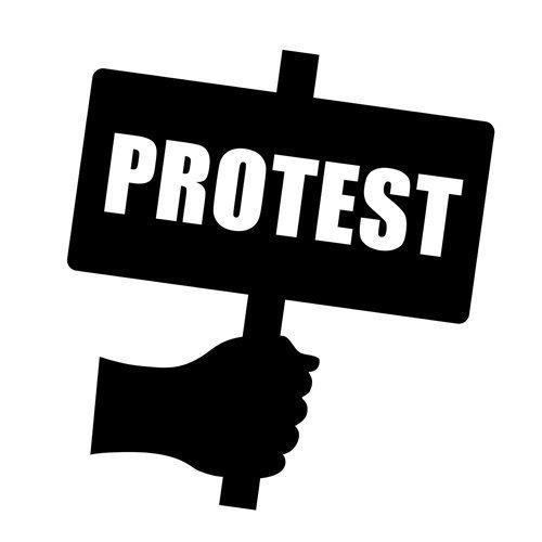 Табличка и рука протестующего с надписью