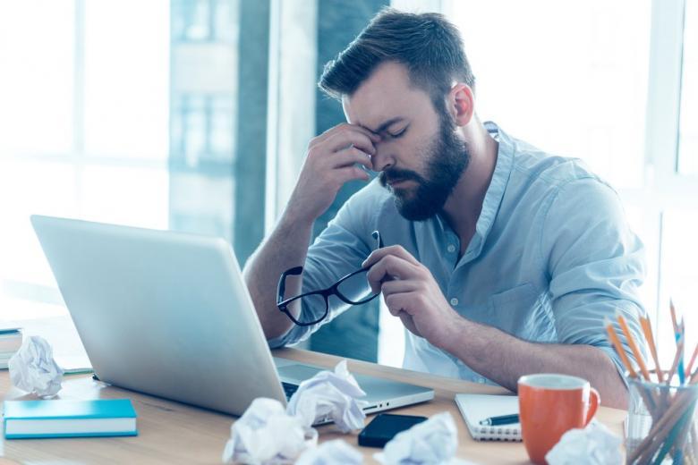 Офисный сотрудник показывает усталость