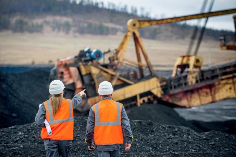 Два сотрудника на угольном разрезе