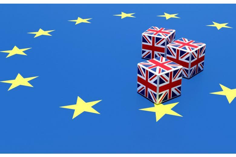 Кубики в форме британского флага на флаге ЕС