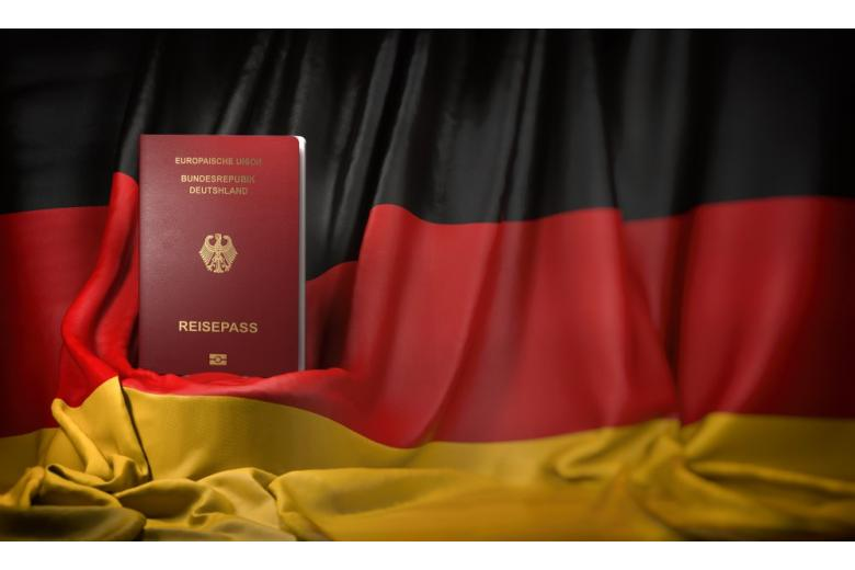 паспорт гражданина ФРГ на фоне флага