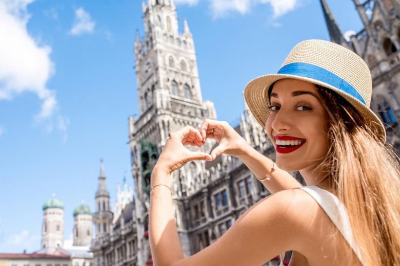 Туристка на фоне мюнхенской ратуши