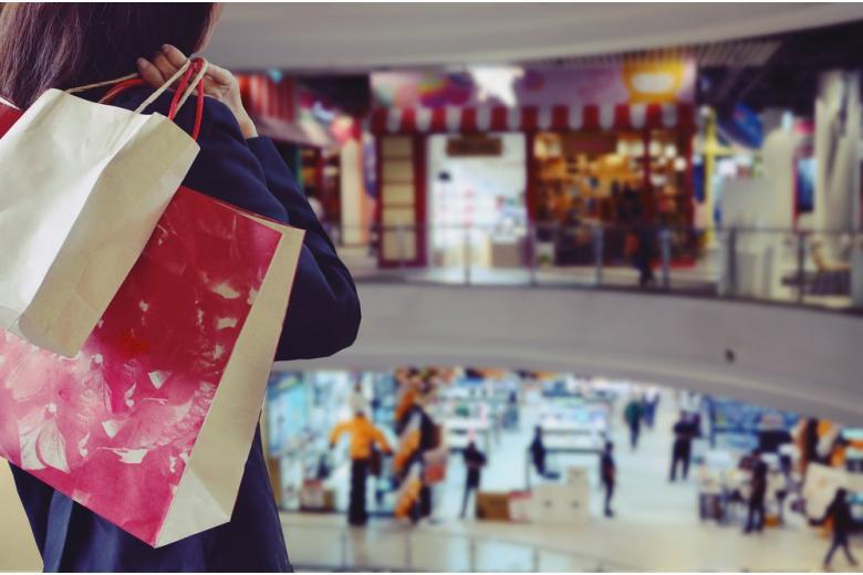 Интерьер торгового центра с покупками