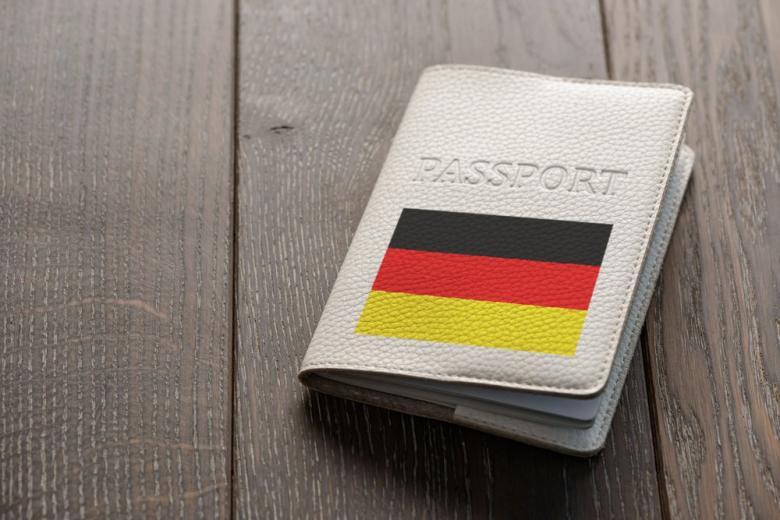 Паспорт гражданина Германии в обложке фото