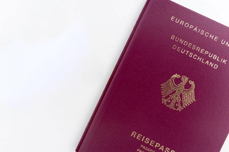 Немецкий паспорт. Фото: Markus Winkler, Unsplash.com