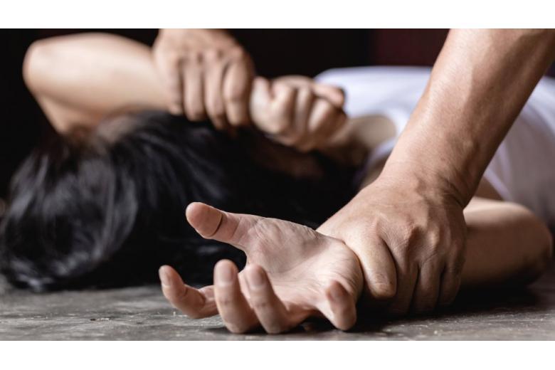 мужчина удерживает женщину руки