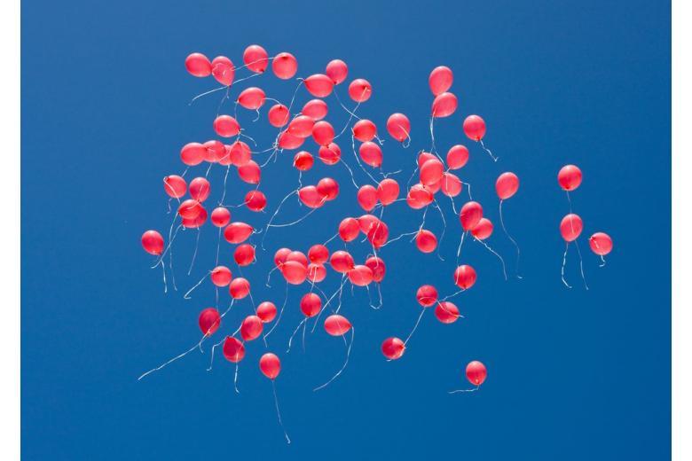 Гелиевые шары в небе