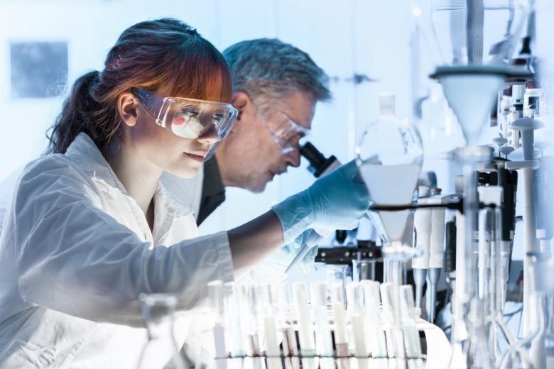 Исследователи-ученые в лаборатории
