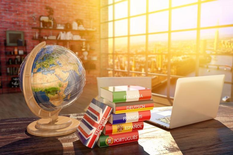 Коллаж со словарями и глобусом