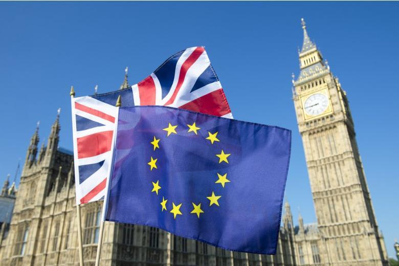 Флаги Британии и ЕС на фоне парламента
