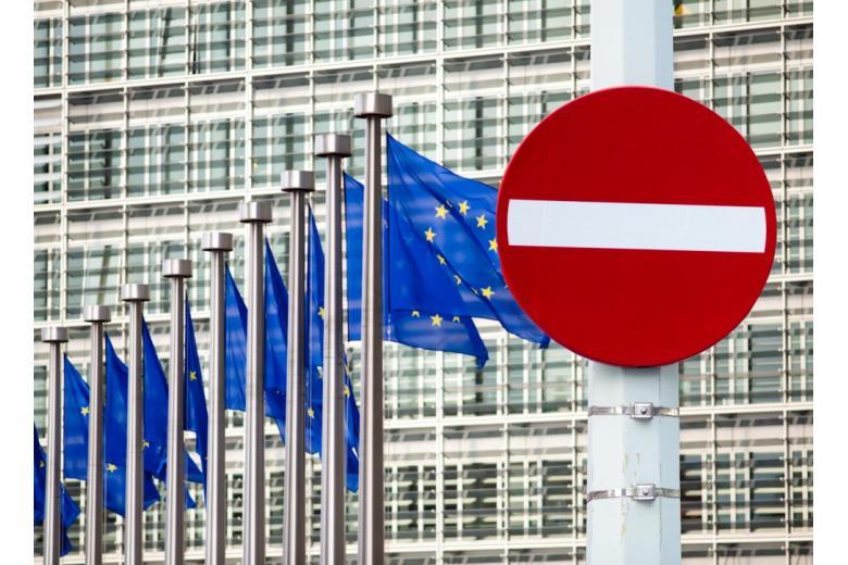 Знак стоп перед флагами ЕС