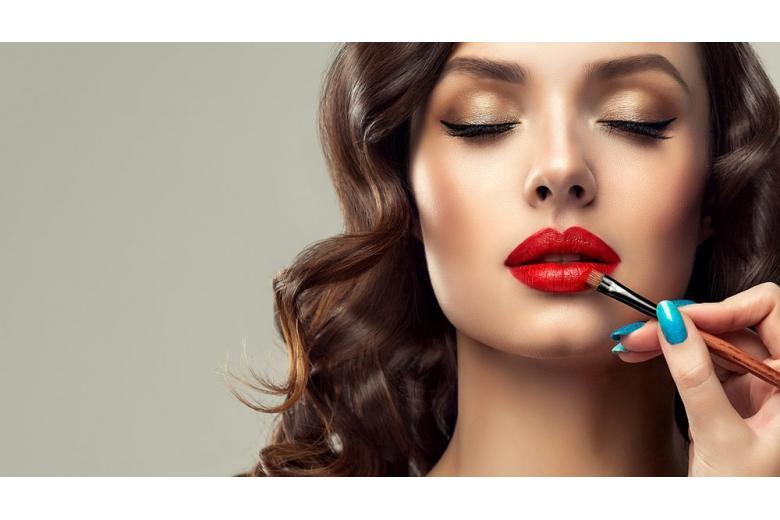 девушка использует косметику для губ
