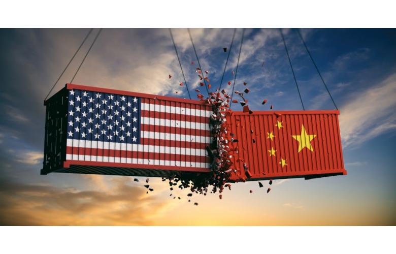 контейнеры с американским и китайским флагом