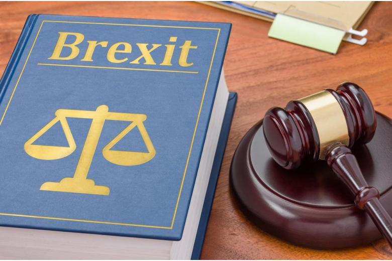 Молоток судьи и условное изображение Брексит
