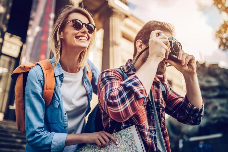 Туристы - девушка и парень