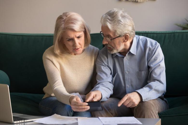 Пенсионеры обсуждают документы фото